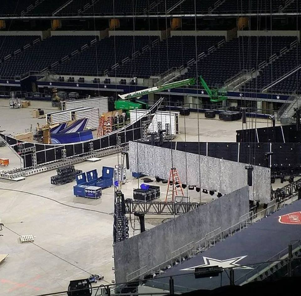Construction du décor de WrestleMania 32